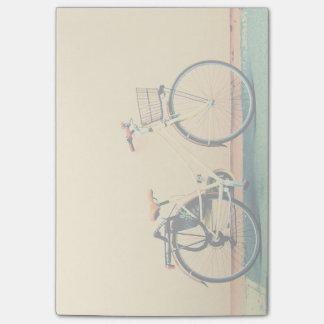 Rueda amarilla de la bicicleta dos de la cesta de notas post-it®