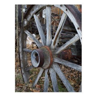 Rueda de carro de madera rústica postal