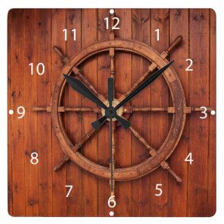Rueda náutica del timón de las naves en la pared reloj cuadrado