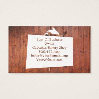 Rueda náutica del timón de las naves en la pared tarjeta de negocios