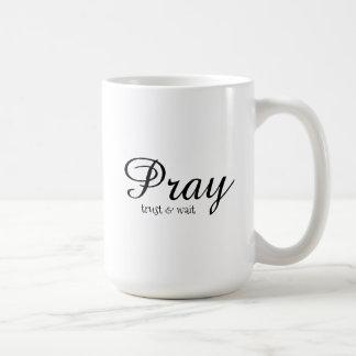 Ruegue la taza blanca clásica