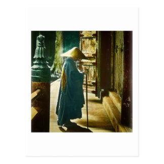 Sacerdote de rogación en linterna mágica del viejo postal
