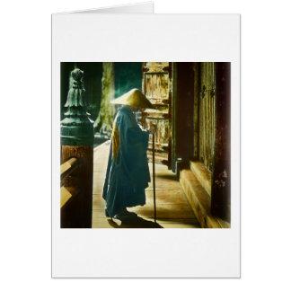 Sacerdote de rogación en linterna mágica del viejo tarjeta de felicitación