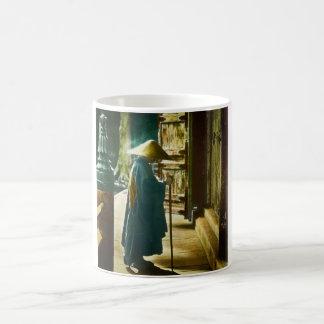 Sacerdote de rogación en linterna mágica del viejo taza de café