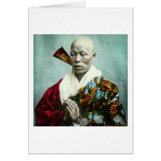 Sacerdote sintoísta japonés del vintage que ruega tarjeta de felicitación
