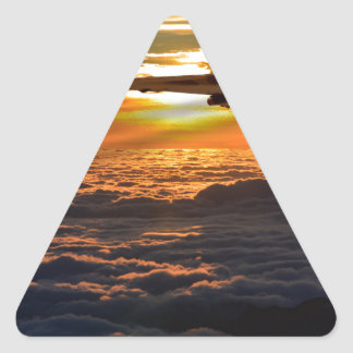 Salida de la puesta del sol del bombardero de pegatina triangular