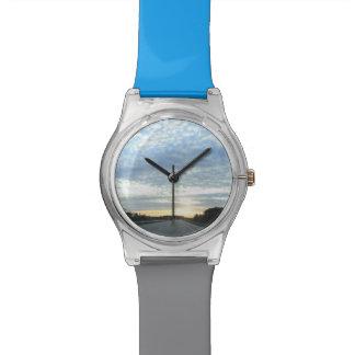 Salida del sol en el camino reloj de pulsera