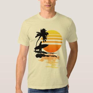 Salida del sol que practica surf camisas