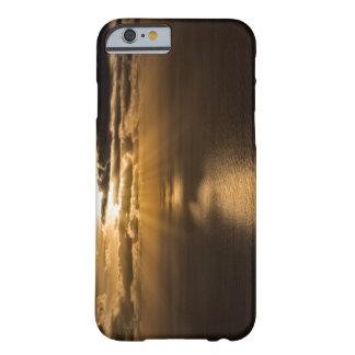 Salida del sol sobre el Océano Atlántico Funda Barely There iPhone 6
