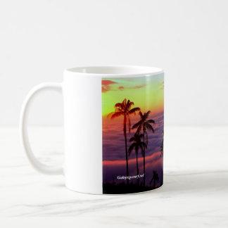 Salida del sol sobre las nubes taza de café