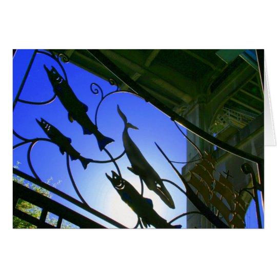 Salmones debajo de la tarjeta del puente de la