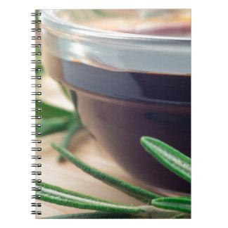 Salsa de soja en un vidrio y una puntilla del cuaderno