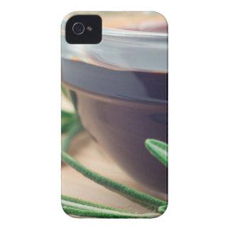 Salsa de soja en un vidrio y una puntilla del funda para iPhone 4