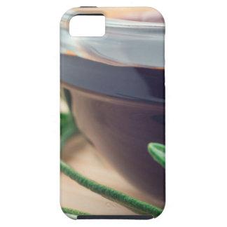 Salsa de soja en un vidrio y una puntilla del funda para iPhone SE/5/5s