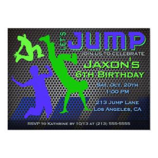 Salte la invitación del cumpleaños - trampolín de