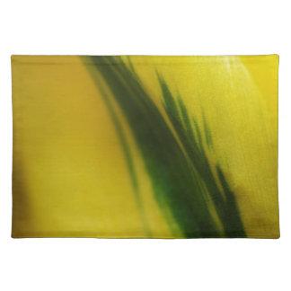 Salvamanteles amarillo con el tulipán verde de la tira