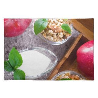 Salvamanteles Cereal con las nueces y pasas, yogur y manzanas