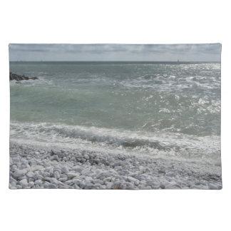 Salvamanteles Costa de la playa en un día nublado en el verano