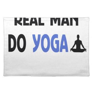Salvamanteles el hombre real hace yoga