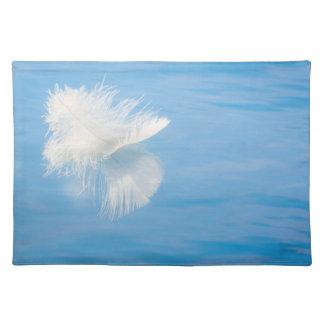 Salvamanteles La pluma blanca refleja en el agua el | Seabeck,