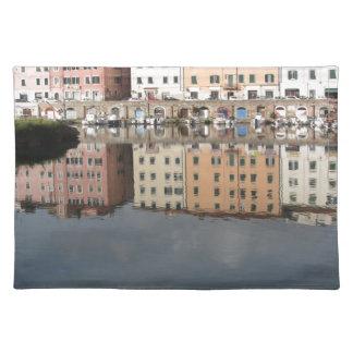 Salvamanteles Las casas y los barcos se reflejan en el agua