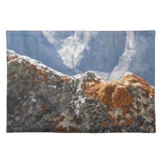 Salvamanteles Liquenes anaranjados que crecen en cara de la roca