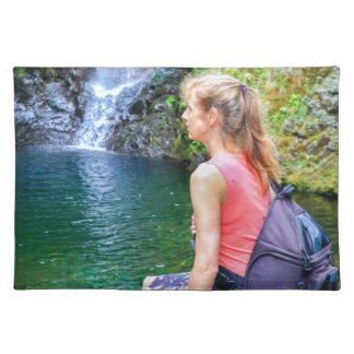 Salvamanteles Mujer holandesa que se sienta en roca cerca de la