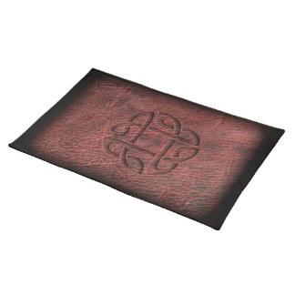 Salvamanteles Nudo céltico rojo grabado en relieve en el cuero