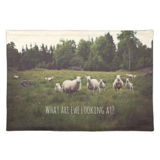 Salvamanteles Ovejas blancas y cordero mullidos en pasto verde