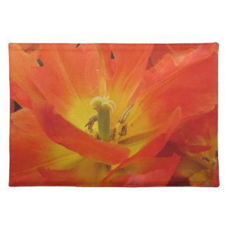 Salvamanteles Primer de tulipanes anaranjados en primavera