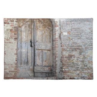 Salvamanteles Puerta de madera vieja en pared de ladrillo vieja