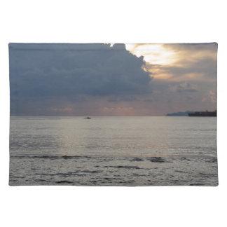 Salvamanteles Puesta del sol caliente del mar con el buque de