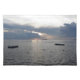 Salvamanteles Puesta del sol caliente del mar con los buques de