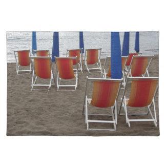 Salvamanteles Sillas de madera coloridas en la playa de la arena