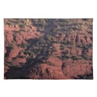 Salvamanteles topetones y terrones en roca roja