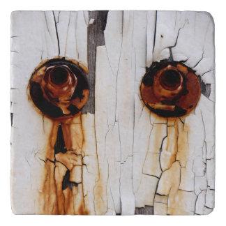 Salvamanteles Tuercas oxidadas y pintura de la peladura -