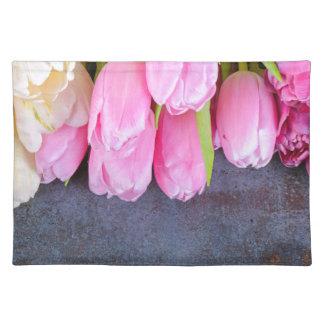 Salvamanteles Tulipanes rosados frescos en fondo de piedra gris