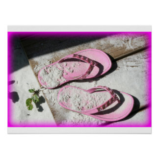 Sandalias arenosas rosadas del flip-flop en la pla posters