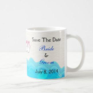 Sandalias de la playa que casan reserva la fecha taza clásica