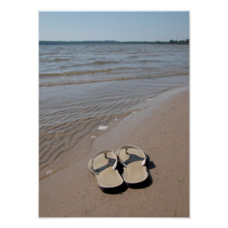 Sandalias en la playa póster