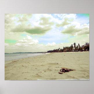 Sandalias en la playa tropical póster