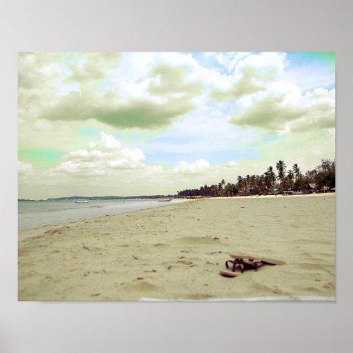 Sandalias en la playa tropical poster
