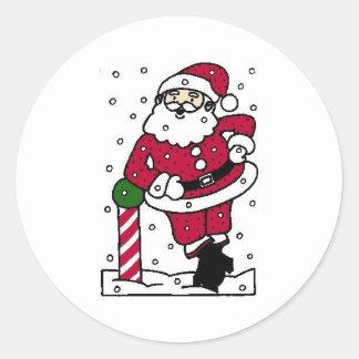 Santa en nieve pegatina redonda
