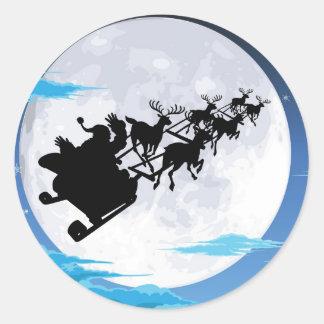 Santa en silueta del trineo contra la Luna Llena Etiquetas Redondas