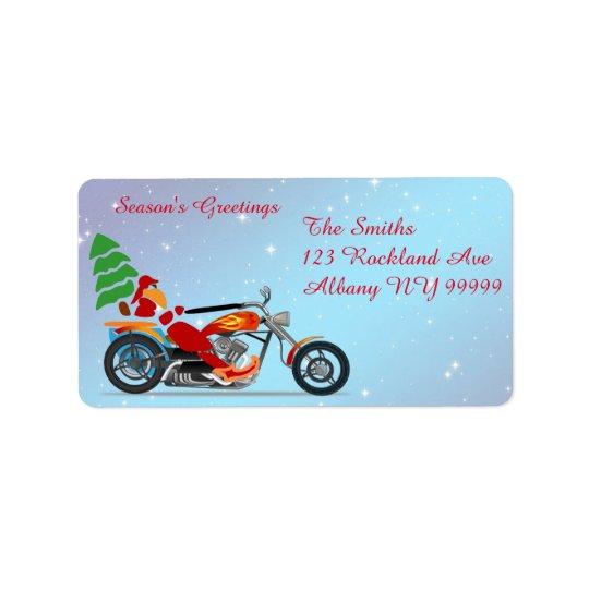 Santa en una motocicleta con el árbol etiquetas de dirección