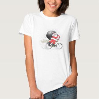 Santa que monta en bicicleta con su saco en la camiseta