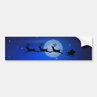 Santa, trineo, reno, y paisaje iluminado por la pegatina para coche