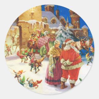 Santa y señora Claus y los duendes en el Polo Pegatina Redonda