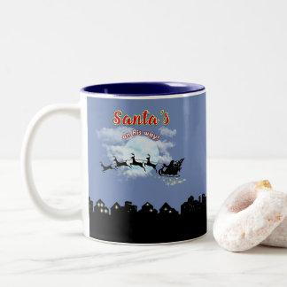 Santas en su taza de café del día de fiesta del