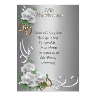 Satén de plata de 25 del aniversario rosas blancos invitación personalizada
